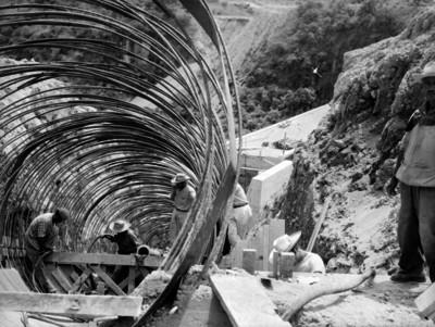 Colocación de cimbras en la construcción de un puente en la cuenca de Tepalcatepec