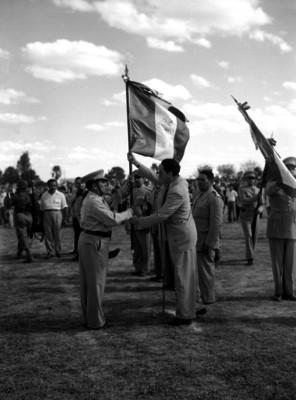 Miguel Alemán Valdés abanderando a conscriptos