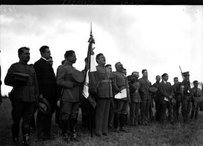 Plutarco Elías Calles pronuncia discurso durante ceremonia de entrega de Banderas al ejército