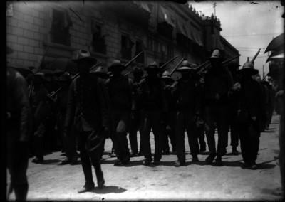 Revolucionarios desfilan frente a Palacio Nacional