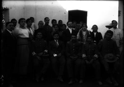 Militares con familiares, retrato de grupo