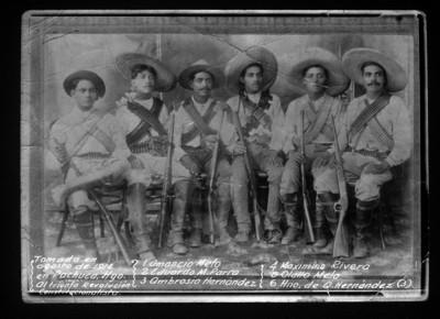 Amancio Melo con revolucionarios, retrato de grupo
