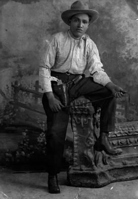 Revolucionario sentado en un puente, retrato