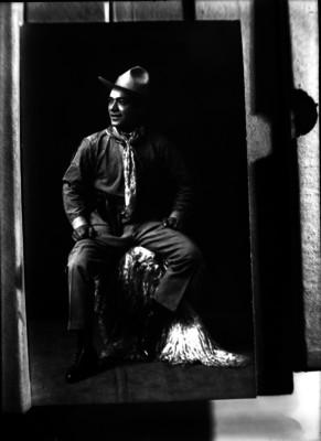 Revolucionario sonríe mientras está sentado, retrato