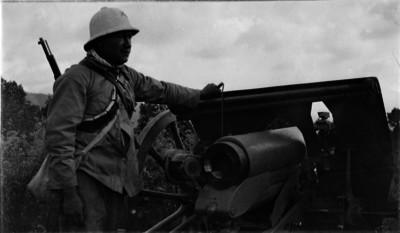 Soldado federal de pie junto a cañón