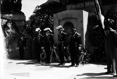 Veteranos republicanos montan guardia en el monumento a la Independencia