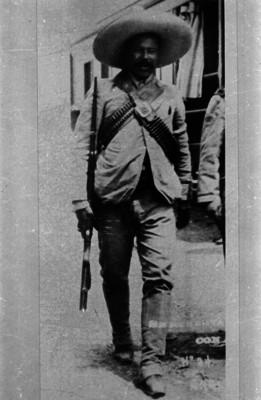 Francisco Villa, de pie porta sombrero, rifle y cananas, retrato