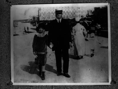 Porfirio Díaz caminando por la calle acompañado de su nieta