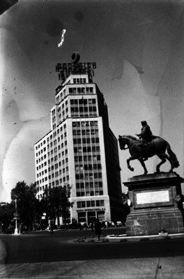 Monumento a Carlos IV y Banco Internacional en avenida Reforma, vista parcial