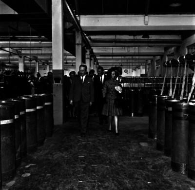 Eva Sámano de López Mateos con funcionarios durante su visita a una fábrica de hilados
