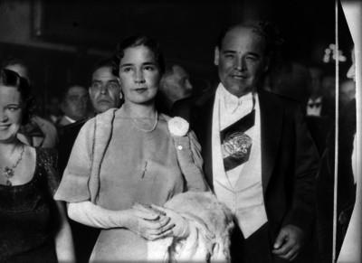 Abelardo L. Rodríguez y su esposa durante una ceremonia en Palacio Nacional