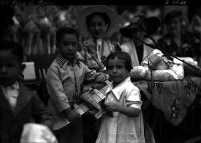 Amalia Solórzano de Cárdenas entregando a niños juguetes en una casa de cuna