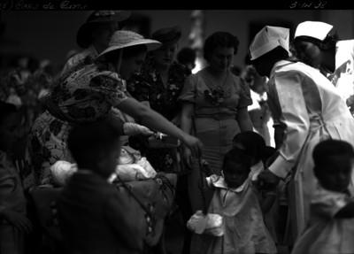 Amalia Solorzano de Cárdenas saludando a niños en una casa de cuna