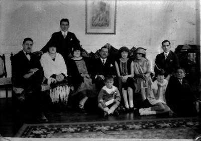 Plutarco Elías Calles acompañado de su familia, retrato de grupo