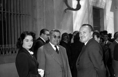 Emilio Portes Gil y su esposa con un funcionario
