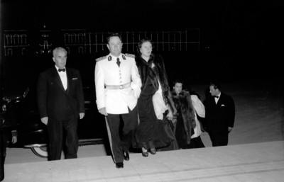 Rafael Ávila Camacho acompañado de su esposa y funcionarios