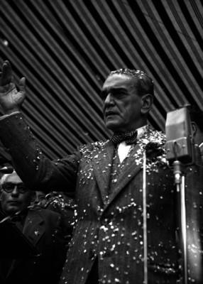Adolfo Ruiz Cortines saludando a la gente durante una ceremonia