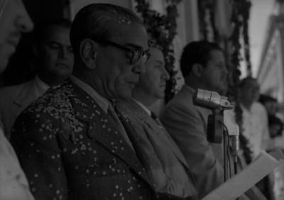 Adolfo Ruiz Cortines leyendo un documento en una ceremonia