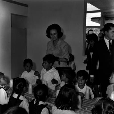 Eva Sámano de López Mateos, con niñas en el orfanatoeio de Tacámbaro, Michoacán