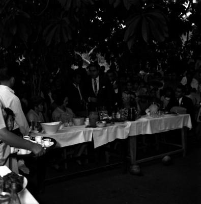 Ecva Sámano de López Mateos durante un desayuno en un orfanatorio