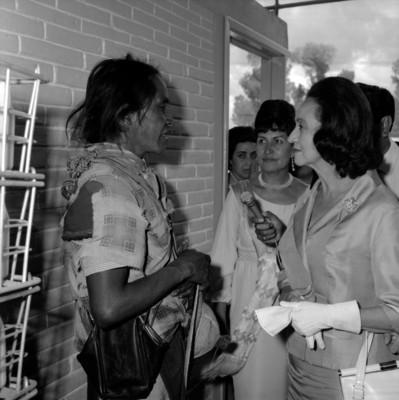 Eva Sámano de López Mateos develando la placa del Instituto de Protección a la Infancia de Zacatecas