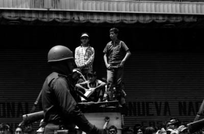 Cadetes desfilando frente al Ayuntamiento de la Cd. de México, en los festejos de la Constitución