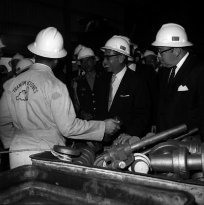 Gustavo Díaz Ordaz acompañado de funcionarios, al visitar una industria