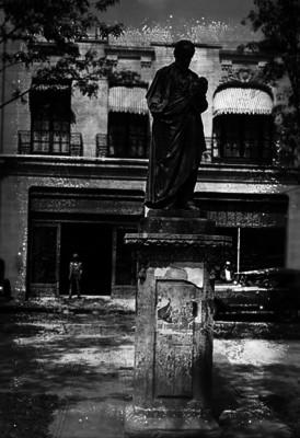 Monumento en honor a Rafael Lucio en Avenida Reforma