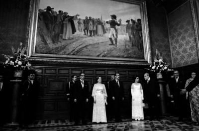Gustavo Díaz Ordaz, su esposa y funcionarios en Palacio Nacional para la ceremonia del grito de Independencia