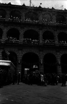 Hombres trasladando el carruaje que utilizó Benito Juárez, saliendo de Palacio Nacional