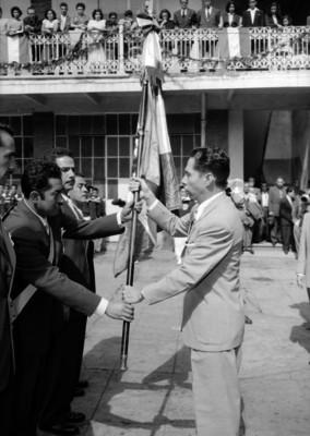 Gustavo Díaz Ordaz en una ceremonia de abanderamiento