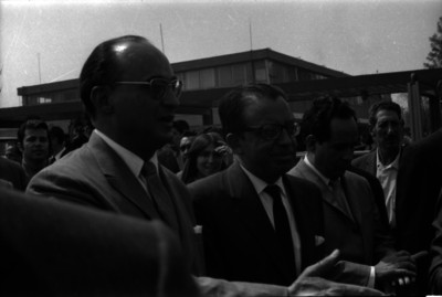 Luis Echeverría Alvarez acompañado de partidarios