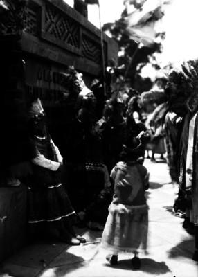 Danzantes ante el monumento a Cuauhtémoc