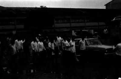 Luis Echeverría Alvarez y comitiva en el patio de una fábrica