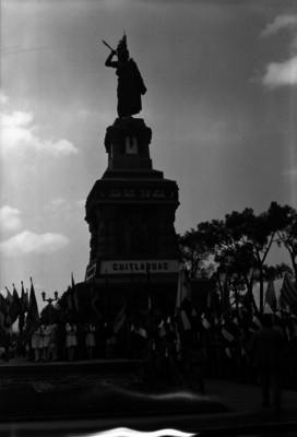 Niños con banderas durante homenaje en el monumento a Cuahutémoc