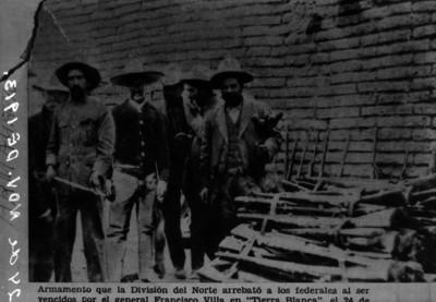 Francisco Villa y militares con armamento de los federales