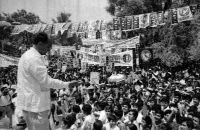 Luis Echeverría Álvarez durante su campaña electoral por Concepción del Oro