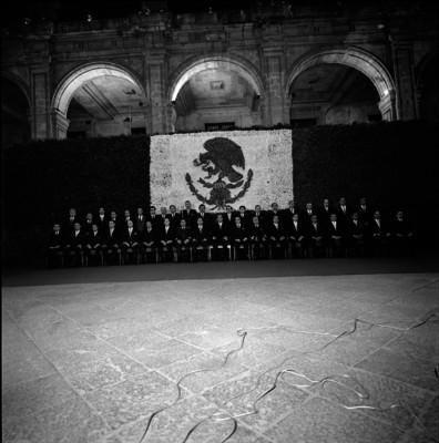 Luis Echeverría Alvarez acompañado por miembros de su gabinete, retrato de grupo