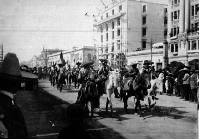 Tropas villistas a su paso por la avenida San Francisco en la ciudad de México