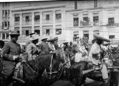 Francisco Villa y sus tropas a su paso por la avenida San Francisco en la ciudad de México