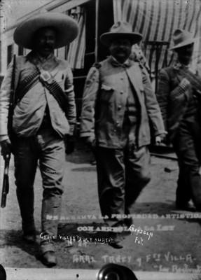 Francisco Villa camina junto a Trucy Aubert