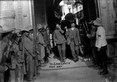 Francisco Villa y Roque González Garza cargando el ataúd de Abraham González