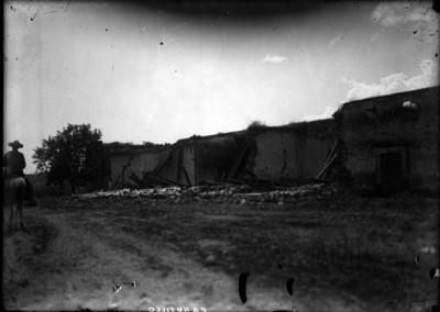 Hombre a caballo junto a la Hacienda de Canutillo en ruinas