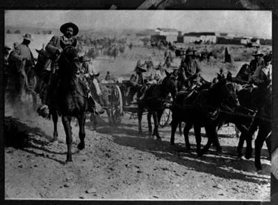 Francisco Villa acompañado por sus tropas al entrar a la Ciudad de Torreón