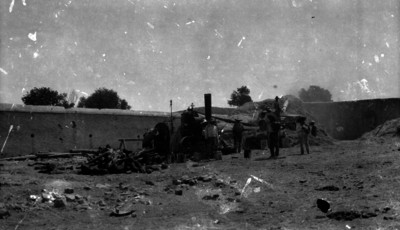 Campesinos trabajan con una desgranadora en la hacienda de Canutillo