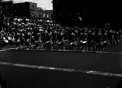 Banda de guerra desfilando por una calle de la Cd. de México en los festejos del 20 de noviembre