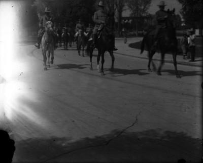 Venustiano Carranza y militares a caballo por una calle