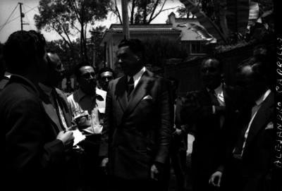 Periodistas entrevistando a Alejandro Carrillo Marcor despues de haber votado