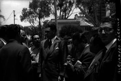 Reporteros entrevistando a Alejandro Carrillo Marcor después de haber votado