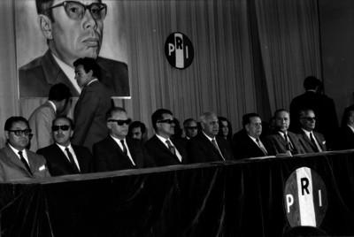 Lideres del partido del PRI, presidiendo una reunión